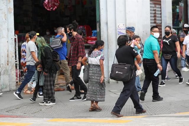 Algunos alcaldes emiten reglamentos adicionales para la contención del covid que regulan el horario de puestos de comercio.  (Foto Prensa Libre: Érick Ávila)