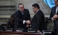 Juramentaci—n de magistrados  en el congreso de la repœblica de Guatemala. El presidente Alejandro Giammattei entrega del Plan Nacional de Respuesta al presidente del congreso Allan Rodriguez.  FOTOGRAFêA: FERNANDO CABRERA