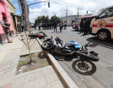 Hecho de tránsito de dos motos en la avenida Elena de la zona 1, una persona falleció y dos más fueron trasladados a un hospital. Foto Prensa Libre: Érick Ávila.