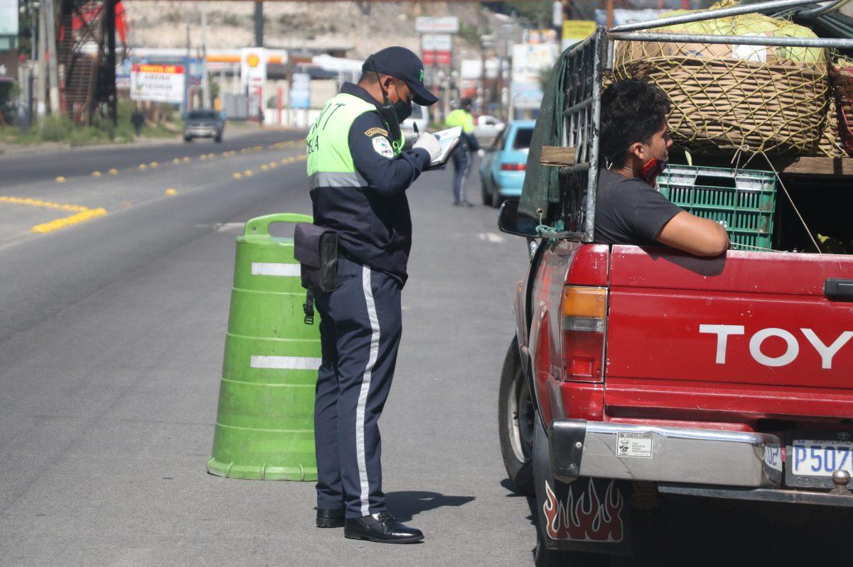Coronavirus: PMT de Xela retorna a 825 vehículos y sanciona a otros 555 durante las restricciones de ingresos a la ciudad