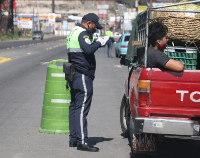 Las multas impuestas fueron por no tener la documentación correcta o por circular en día prohibido sin justificación. (Foto Prensa Libre: Raúl Juárez)