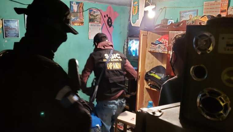 Agentes de la División contra Pandillas apoyan allanamientos contra extorsiones. (Foto Prensa Libre: PNC)