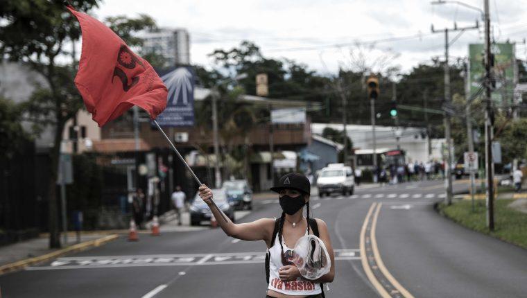 Trabajadores y propietarios de gimnasios, salones de belleza y barberías se manifiestan el lunes frente a la Casa Presidencial en San José, Costa Rica, para pedir que les permitan abrir sus negocios. (Foto Prensa Libre: EFE)