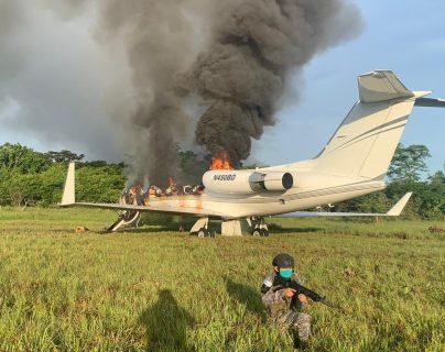 La aeronave localizada en El Chal, Petén, es resguardada por patrullas del Ejército de Guatemala. (Foto Prensa Libre: Ejército de Guatemala)