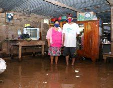 La vivienda de los esposos García está inundada desde hace dos días y, según ellos, el nivel del agua se mantiene por el desbordamiento de un riachuelo que está a unos cien metros de distancia. (Foto Prensa Libre: Rolando Miranda)