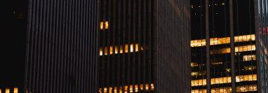 Edificios de oficinas a lo largo de la Sexta Avenida en Manhattan, el 4 de mayo de 2020. (George Etheredge/The New York Times)