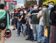 En la sede del Renap de la calzada Roosevelt mucha gente llegó de madrugada y esperaron más de tres horas para ser atendidos.  (Foto Prensa Libre: Érick Ávila)