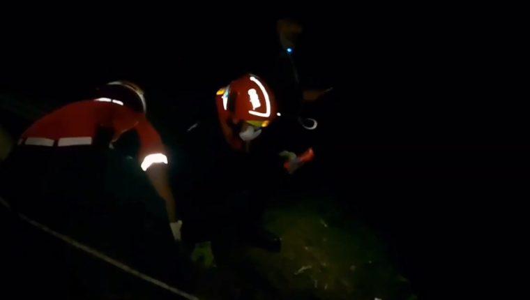 Bomberos Municipales utilizan equipo especial para rescatar de un barranco a una mujer. (Foto Prensa Libre: Bomberos Municipales)