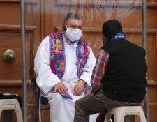 El sacerdote, Mario Domínguez, espera que esta medida apoye en la fe de las personas ante la pandemia. (Foto Prensa Libre: Raúl Juárez)
