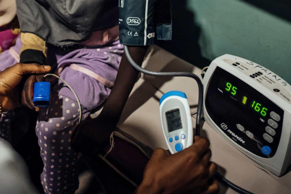 Revisión de un paciente con un oxímetro de pulso en un hospital de Kano, Nigeria, el 25 de julio de 2019. Foto Prensa Libre: The New York Times.