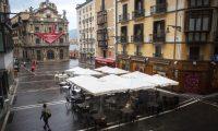 Imagen de la Plaza del Ayuntamiento de Pamplona, que luce vacía en las festividades se San Fermín. EFE