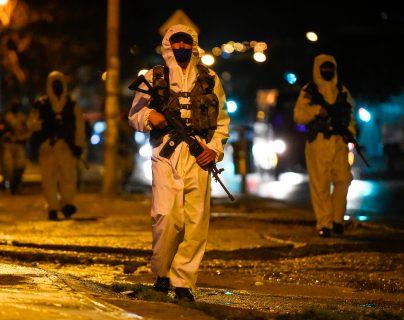 Soldados patrullan las calles de uno de los barrios de Bogotá, Colombia, donde las autoridades restringieron la movilidad de las personas para contener el avance de la pandemia de coronavirus. (Foto Prensa Libre: AFP)