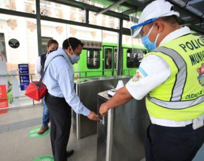 Usuarios deben cumplir protocolos de seguridad para ingresar al Transmetro. (Foto Prensa Libre: Carlos Hernández).