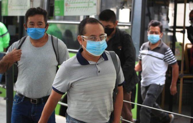 Usuarios hacen uso de la Línea 13 del Transmetro que reanudó su servicio. (Foto Prensa Libre: Carlos Hernández)