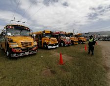 Los buses tipo camioneta serán los primeros en estar habilitados para circular si cumplen con los requisitos. Luego los buses coster y en la tercer fase los microbuses. (Foto Prensa Libre: Raúl Juárez)