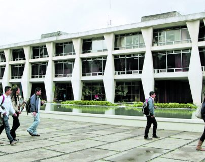La Universidad de San Carlos ha tenido que adaptarse a dar clases virtuales para evitar el contagio del covid-19 en las aulas. (Foto Prensa Libre: Hemeroteca PL)