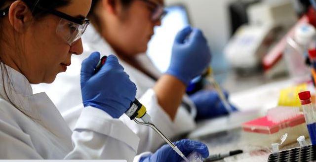 Mientras varios países trabajan en la vacuna contra el covid-19, los gobiernos utilizan otros fármacos para combatirlo. (Foto Prensa Libre: EFE)