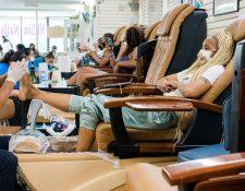 Stephanie Stevens se hace las uñas en Million Nails cuando la ciudad de Nueva York comienza la fase 3 de su reapertura, el 6 de julio de 2020. (Gabriela Bhaskar/The New York Times)