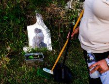 Marta Lorena Cortez Estrada, una conserje que trae sus propios suministros de limpieza y  mascarillas, cerca de su casa en Hialeah, Florida, EE. UU. (Maria Alejandra Cardona / The New York Times)