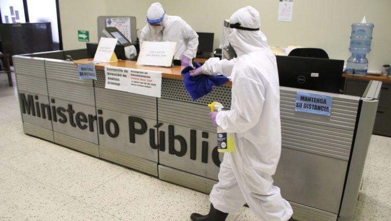 El Ministerio Público realizó jornadas de desinfección tras detectarse casos de covid-19 en sus diferentes sedes. (Foto Prensa Libre: MP)