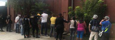 Fueron capturadas 15 personas por escandalizar y beber lícor en un restaurante. Foto Prensa Libre: PNC
