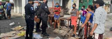 Agentes de la Policía Nacional Civil (PNC) intervinieron para deneter el enfrentamiento entre comerciantes y miembros de la asociación de comerciantes en el mercado de la zona 4 de Retalhuleu. ( Foto Prensa Libre: Rolando Miranda)