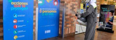 Un empleado desinfecta los elevadores de un centro comercial para garantizar la salubridad al momento de recibir visitantes. (Foto Prensa Libre: María René Gaytán)