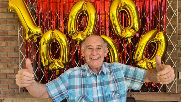 Tito Charly sonríe a las cámaras al alcanzar su canal de video los primeros 100 mil seguidores. Foto Prensa Libre: DPA
