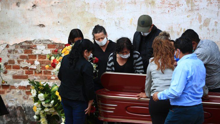 En marzo pasado una familia aún pudo inhumar a un familiar en el cementerio la Verbena, zona 7;  cuando empezaron las restricciones por coronavirus. (Foto Prensa Libre: Hemeroteca PL)