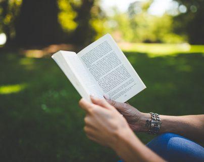 El confinamiento es una buena oportunidad para acercarse a la lectura. (Foto Prensa Libre: Pixabay)