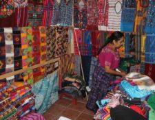 Las actividades de los artesanos y otros servicios turísticos  están cerrados, y las personas han debido buscar otra forma de ingresos.  (Foto, Prensa Libre: Hemeroteca PL).