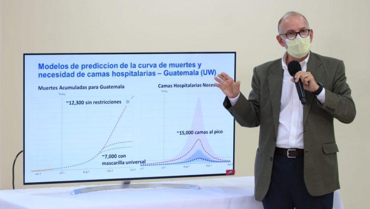 Edwin Asturias, director de la Coprecovid, explica los resultados de la auditoría a la base de datos sobre coronavirus. (Foto Prensa Libre: Byron García)