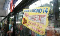 El bono 14 dinamiza el comercio y la economía pero este año, ante la emergencia, varias empresas tienen problemas para pagarlo, dice el sector. (Foto, Prensa Libre: Hemeroteca PL).