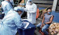 PRUEBAS CORONAVIRUS, LA TERMINAL. El Ministerio de Salud Pública llevó a cabo una jornada de pruebas de coronavirus en La Terminal, zona 4 de la capital. En total se realizaron 150 pruebas, para verificar si ya hay presencia de la enfermedad o no. En la imagen, momento de las pruebas para detectar coronavirus. A quienes, de manera voluntaria, decidían realizarse la prueba, les hacían un pequeño cuestionario de datos generales y estado de salud.  Juan Diego González.  210520