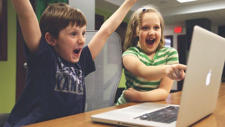 Establecer reglas en el horario y el tipo de videojuegos es importante para evitar consecuencias negativas en el desarrollo de la niñez. (Foto Prensa Libre: Pixabay).