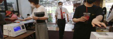 Cristianos con máscaras sanitarias escanean un código en sus celulares antes de un servicio en la iglesia Yoldo Full Gospel, en Seul, Corea del Sur este 5 de julio. (Foto Prensa Libre: VOA)
