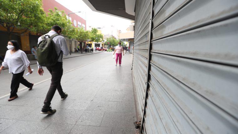 Algunos comercios y otras actividades de aglomeración, incluyendo el transporte público de pasajeros  sigue cerrado. (Foto, Prensa Libre: Hemeroteca PL).