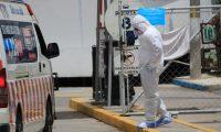 Personal médico en el ingreso del hospital temporal en el Parque de la Industria. (Foto Prensa Libre: Hemeroteca PL)