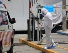Personal médico en el ingreso del hospital temporal en el Parque de la Industria. (Foto Prensa Libre: Byron García)