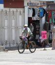 Comercios abiertos en San Miguel Petapa, cuyo centro de salud atenderá pacientes con síntomas leves o asintomáticos de covid-19. (Foto Prensa Libre: Érick Ávila)
