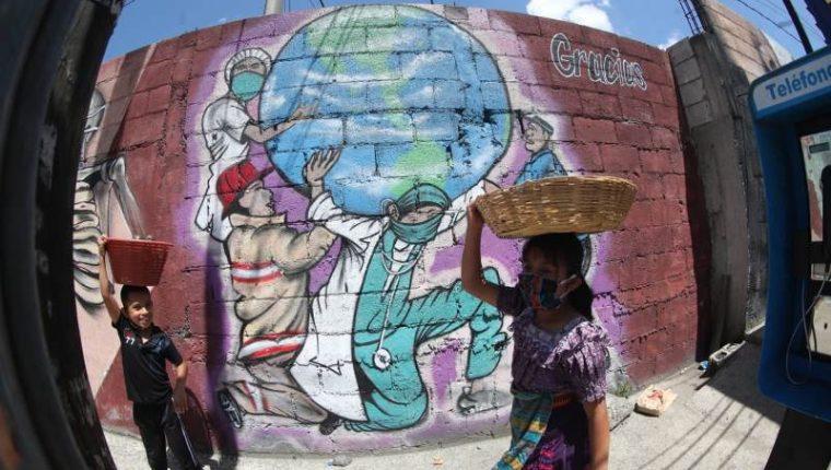 Un mural en honor a los médicos que combaten el covid-19 en Guatemala. (Foto Prensa Libre: Érick Ávila)