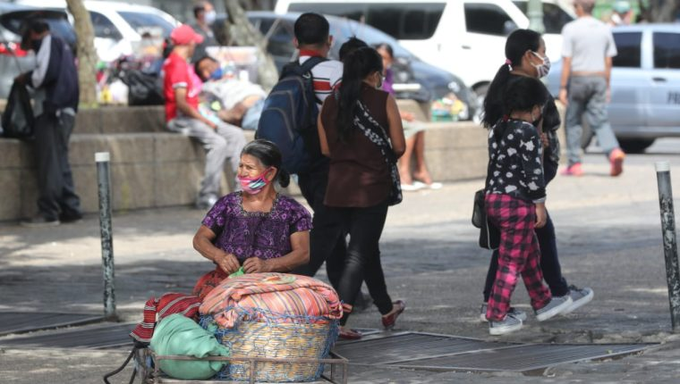 Guatemaltecos en la Plaza de la Constitución. (Foto Prensa Libre: Esbin García)