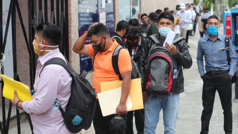 Guatemaltecos esperan hacer trámite de pasaporte. (Foto Prensa Libre: Érick Ávila)