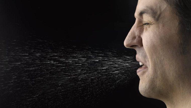 Cuando alguien tose, habla o incluso respira, lanza pequeñas gotas respiratorias al aire circundante. Jeffrey Coolidge/Getty Images