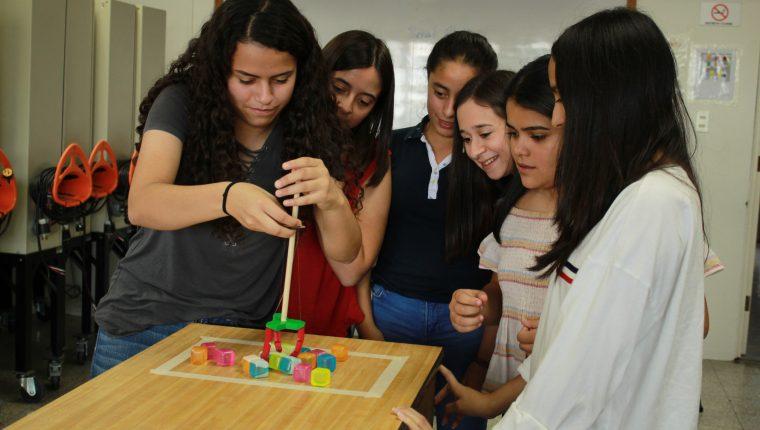 Junto a ingenieras expertas, las jovencitas descubren la labor de las mujeres en la ingeniería y elaboran proyectos. Foto Prensa Libre: Cortesía UVG