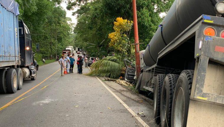 Un tráiler derribó varios árboles en el kilómetro 248 de la ruta a Río Dulce, aldea Las Cruces, Morales, Izabal, donde hubo tres muertos. (Foto Prensa Libre: Dony Stewart)