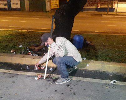 Daniel Rosales recoge lo poco que puede rescatar luego del incendio. (Foto Prensa Libre: Andrea Domínguez)