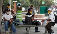 Varias personas que se mantienen desempleadas permanecen en el parque de la parroquia, zona 6, ellos se emplean en varios trabajos y ofrecen sus servicio, el trabajo  ha bajado por el estado de  calamidad y contagio del coronavirus en el pa's.       Fotograf'a  Esbin Garcia 22-04-2020