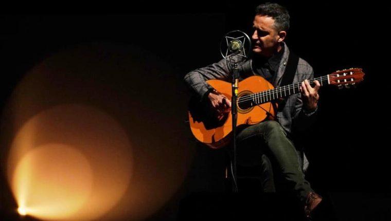 Jorge Drexler canta junto a más de 100 jóvenes durante la pandemia en la primera edición del Día de Iberoamérica.  (Foto Prensa Libre: FB Jorge Drexler)