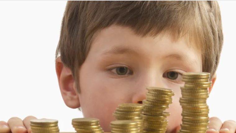 la manera de entender y de relacionarse con el dinero se aprende a lo largo de la vida fijándose en el ejemplo de figuras clave. (Foto Prensa Libre: The Conversation)